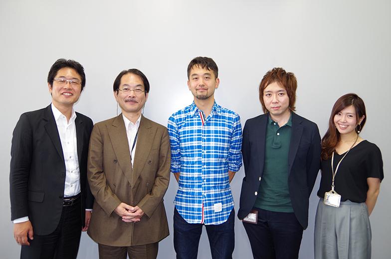 ドミニク・チェンさん(中央)と、左から電通総研メディアイノベーション研究部の美和晃、北原利行、天野彬、設樂麻里子