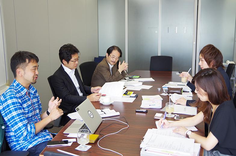 左からドミニク・チェンさん、電通総研メディアイノベーション研究部の美和晃、北原利行、天野彬、設樂麻里子