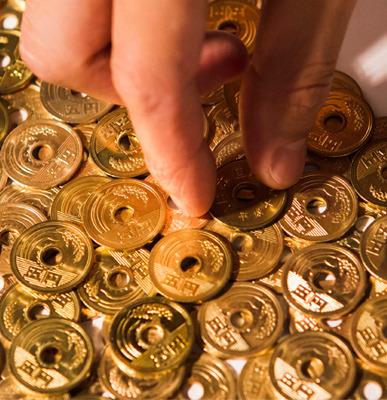 五円玉をきれいに敷き詰め撮影し、特殊フィルム用の素材を作ります。
