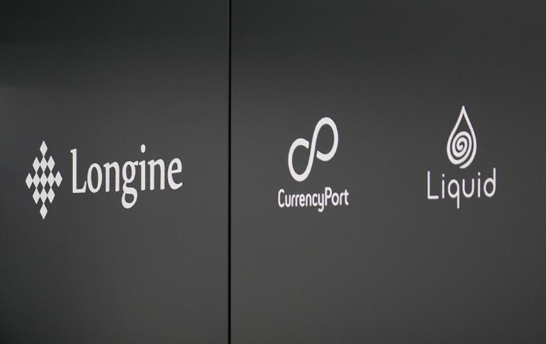 入り口壁面には入居FinTech企業のロゴが並ぶ