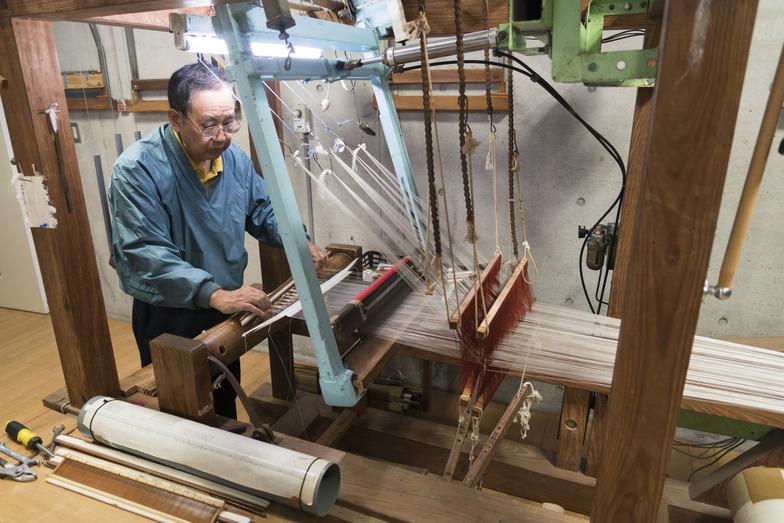 絹糸の染め残す部分をマスキングする締機(しめばた)
