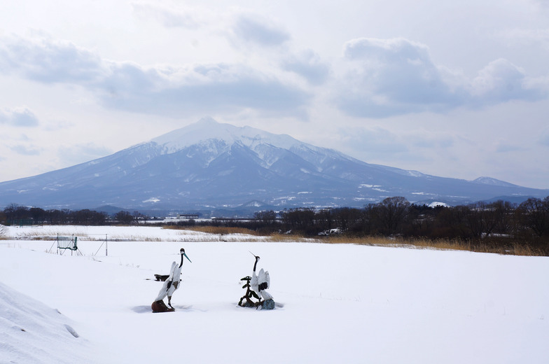 津軽富士とも呼ばれる岩木山と鶴のモニュメント