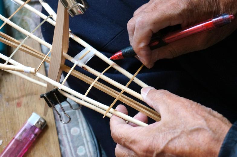 細く切った竹を組んでいく