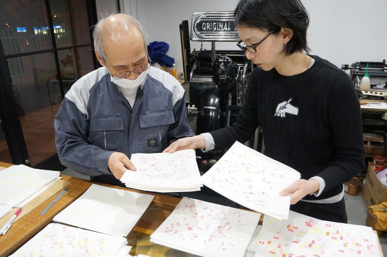 職人の長岡さんと刷りを確認しながらの作業