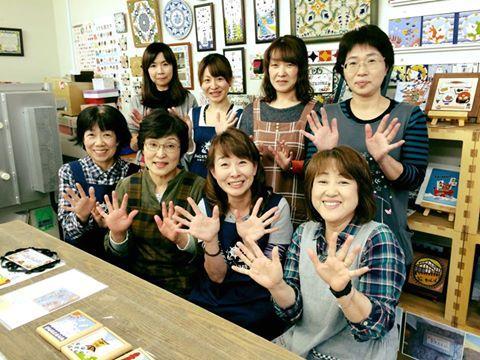 阿部さん(前列右から2番目)と工房の仲間たち