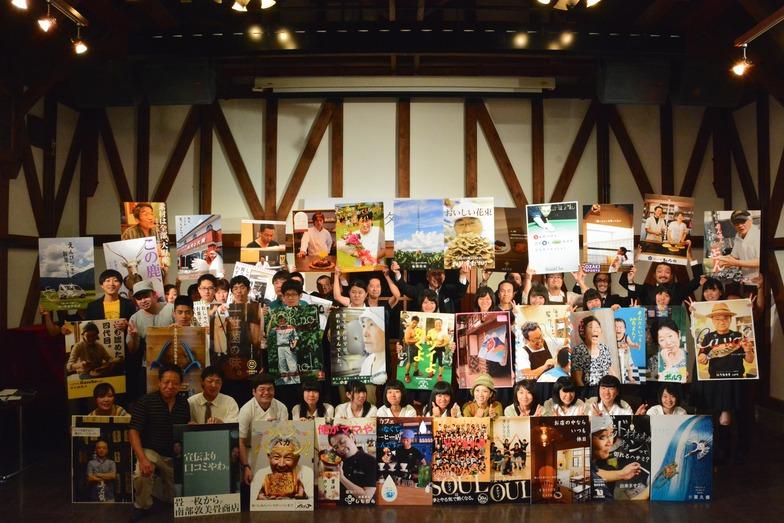 大野ポスター展に参加した学生と店主