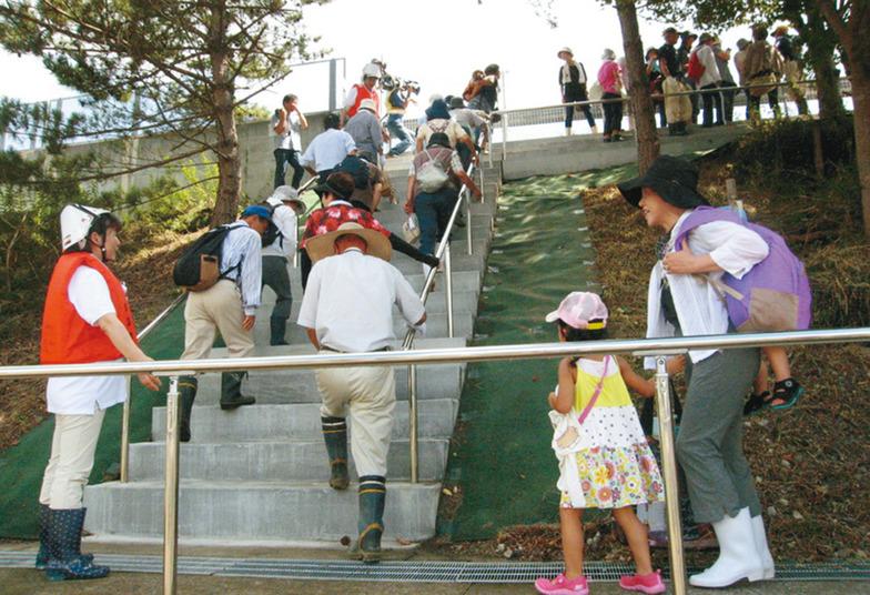 高速道路路側帯の避難階段を避難場所に設定した宮城県岩沼市での「カケアガレ!日本」2012年