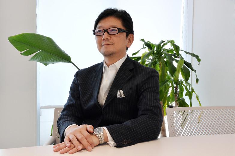穏やかで紳士的な雰囲気の笠松事務局長 #白シャツ #第2ボタンまで開けている