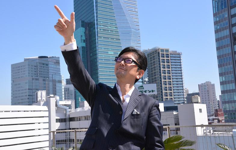 「熱狂をつくり出す 〜Creativity excites the industry〜」。アドウィアジアのテーマを熱く語り、目指す方向を高く指差す、笠松事務局長。