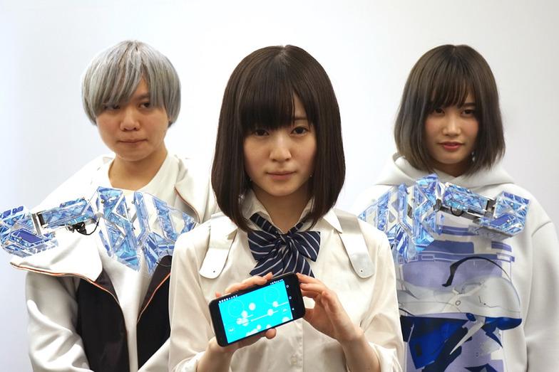 きゅんくん(右)とグラフィックデザイナーRei Nakanishiさん(左)、METCALF clioneを装着したコスプレイヤーの近衛りこさん