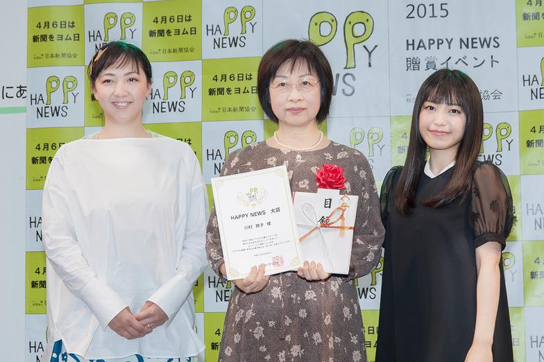 左からmiwaさん、大賞の川村さん、ゲスト審査員のアートディレクター・森本千絵さん