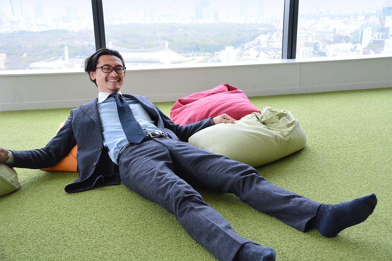 興奮しすぎて、人様のオフィスで寝そべる池上くん