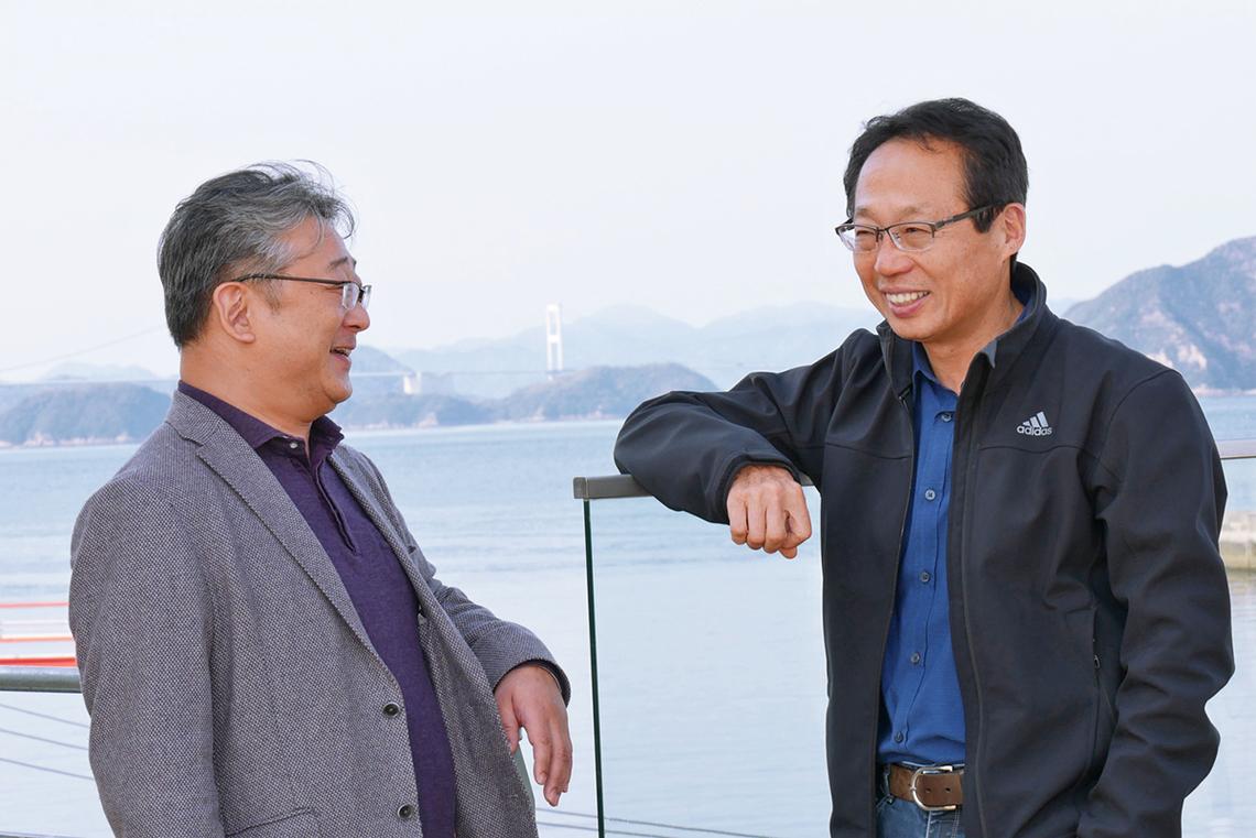 岡田氏(右)と林氏。今治市のみなと交流センターで