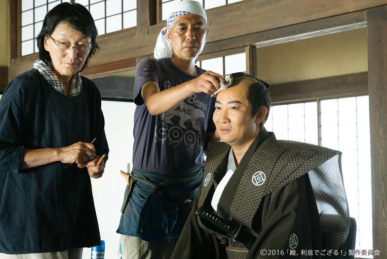 「殿、利息でござる!」出演のために武士の扮装(ふんそう)をする磯田氏