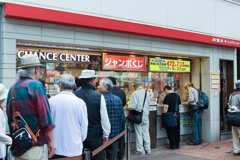 発売初日ともあり、西銀座チャンスセンターは多くの人でにぎわった