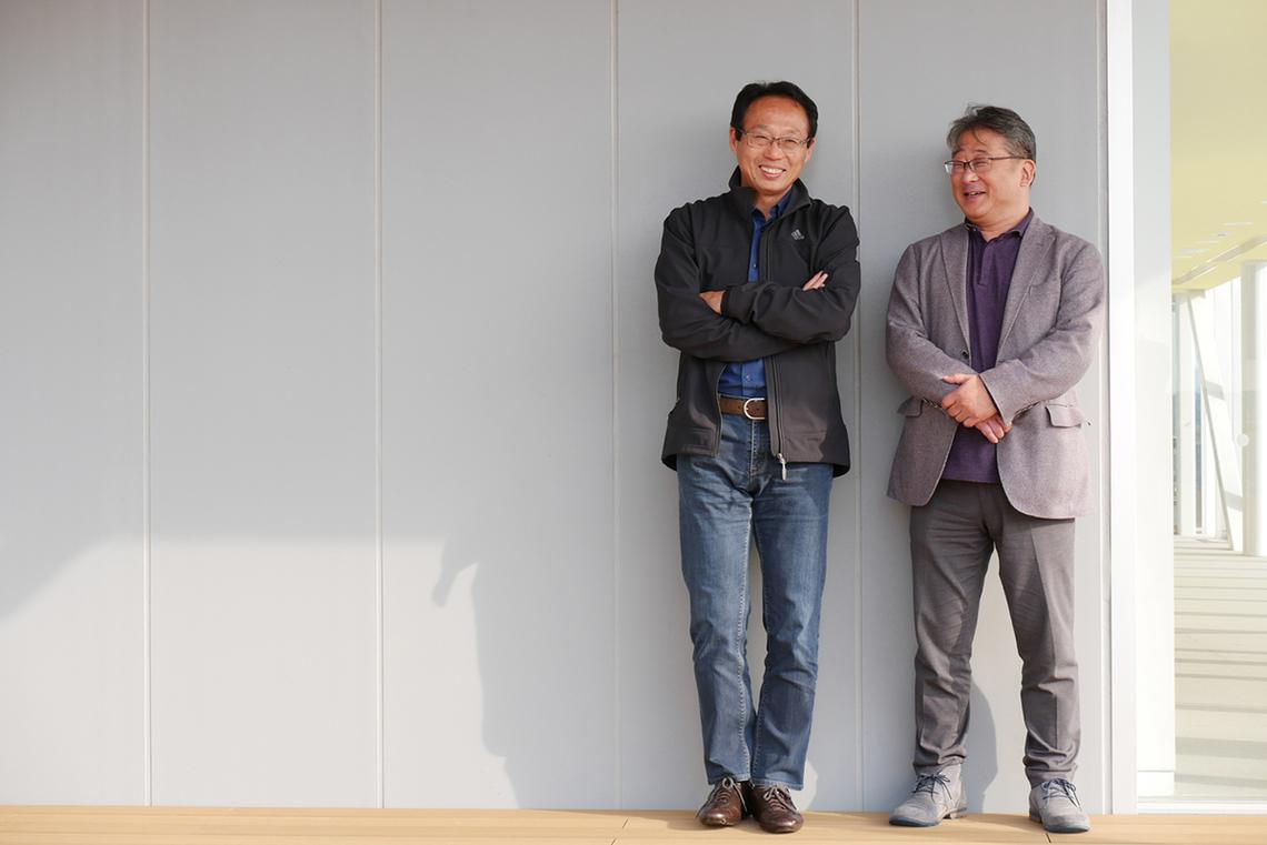 岡田氏(左)と林氏。今治市のみなと交流センターで