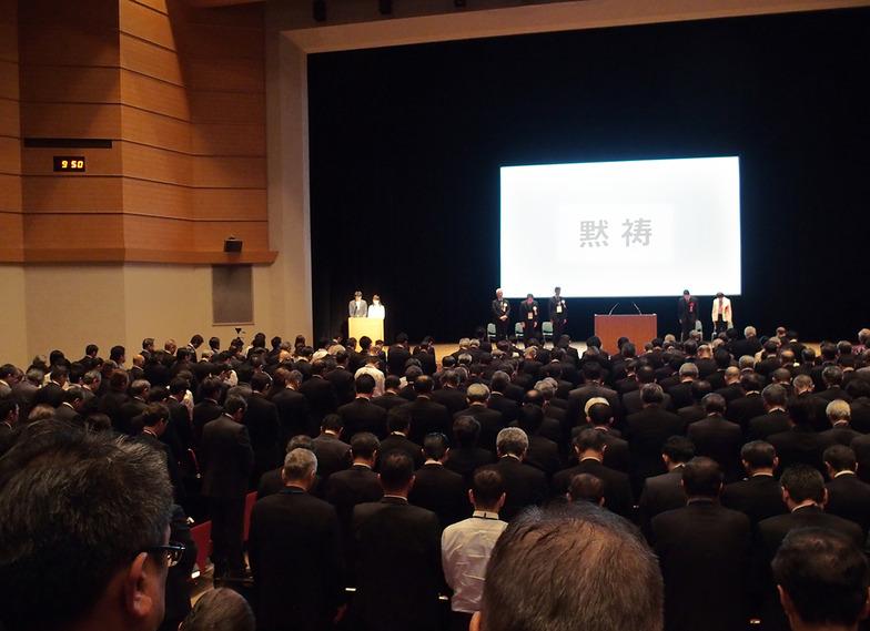 式典に先立って、熊本地震の犠牲者に黙とうをささげた。