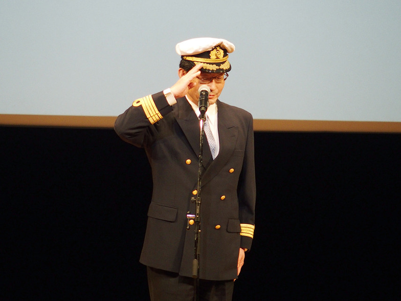神戸広告協会の高士薫理事長(神戸新聞社社長)は船長姿で登場