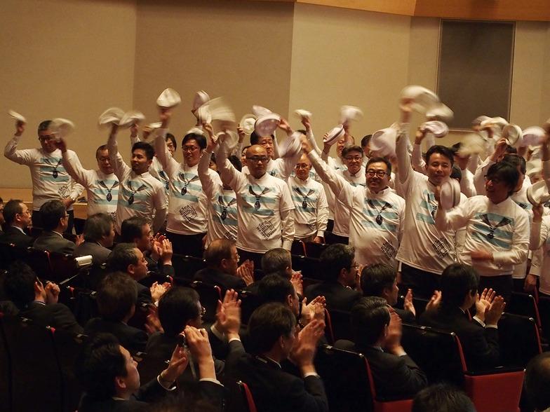 参加者に手を振る、神戸広告協会関係者