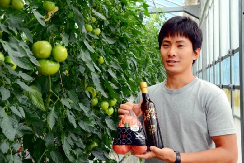 紀北町でトマト農園を営む「デアルケ」の岩本修さん。自家栽培の新鮮な完熟トマトだけを使用し、使ったトマトの半分くらいの重さになるまで煮詰めて仕上げた「デアルケ 200%トマトジュース」の価格は500ミリリットル3542円(税・送料込み)。うまPで着実にファンを増やしている。