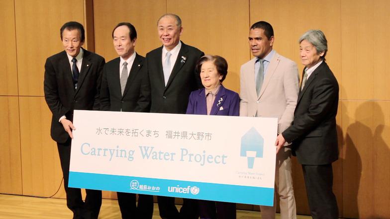 日本ユニセフ協会とのパートナーシップ協定調印式。岡田高大市長(左から3人目)、赤松良子日本ユニセフ協会会長、在日東ティモール大使館代表者らが出席した。