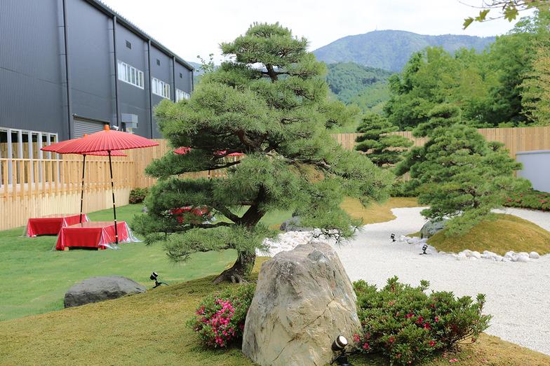 屋外には日本庭園も