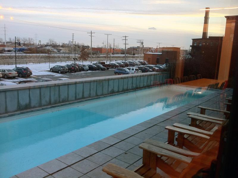 プールはこんな感じ。冬の写真なのでちょっと寒そうですが、 外にはときおり長い長い貨物列車が通ったりして、ついぼーっと眺めてしまいます