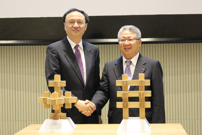 20周年記念トロフィーを相互に贈呈し合う電通中本副社長(右)と中国教育部の許司長(左)