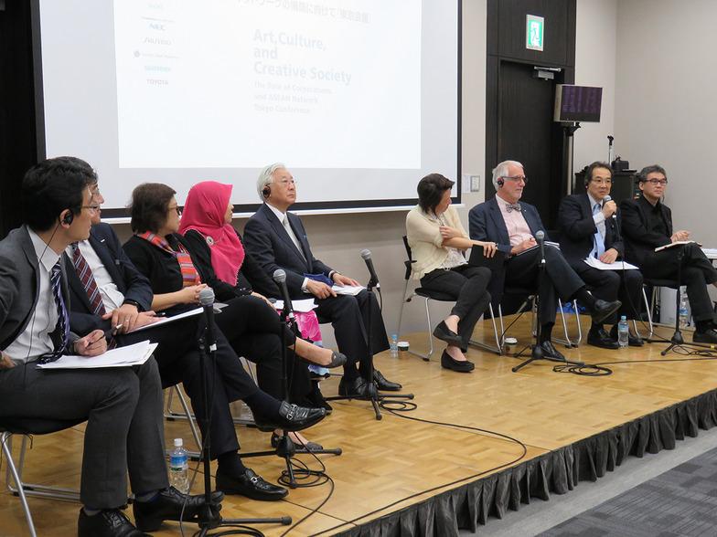 登壇者が企業メセナの意義と多方向の文化交流の重要性について議論。モデレーターはニッセイ基礎研究所研究理事の吉本光宏氏