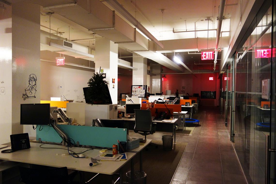 スーパー残業野郎がよく目にする、みんな帰っちゃった夜のオフィス。 ぽつーん。まだあわてるような時間じゃない。
