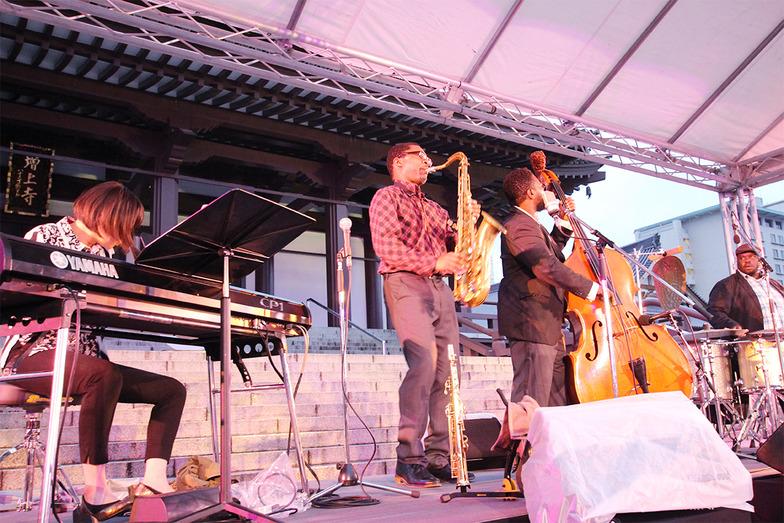 ラヴィ・コルトレーン(中央)率いるバンドが生演奏を披露