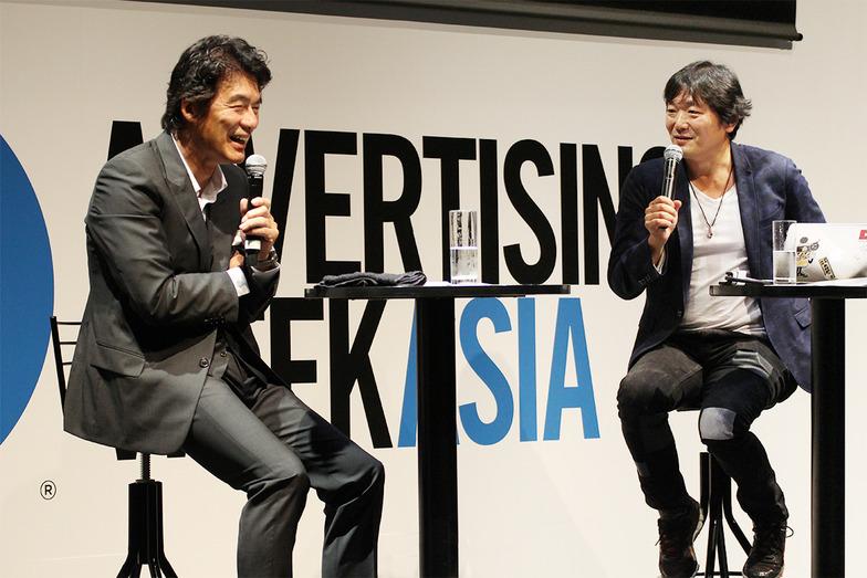 木村さんの巧みな質問に思わず、笑いもこぼれる岡さん(左)