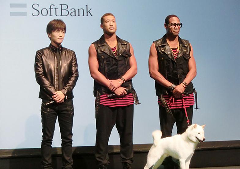 左から岩田さん、関口さん、ダンテさんと「お父さん」