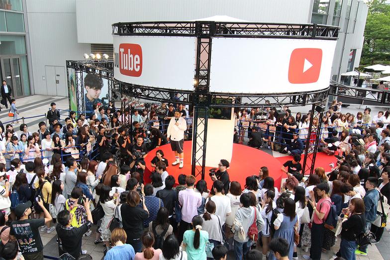YouTuberとのファンミーティング。事前応募で当選したファンたちが、レッドカーペットに彩られた円形ステージに集結した #YouTubeTokyo