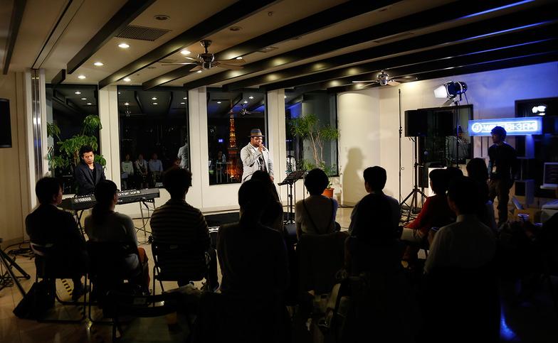音楽と夜景を楽しむスペシャルな「J-WAVE BAR」、J−me会員から選ばれたわずか15人が夜景をバックに、お酒とアーティストの生声に酔いしれた。