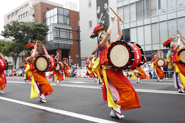 踊り手、笛、太鼓、囃子の150人が参加した「盛岡さんさ踊り」