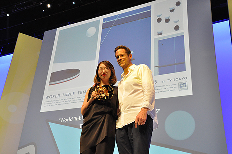 デザイン部門「金賞」の受賞シーン