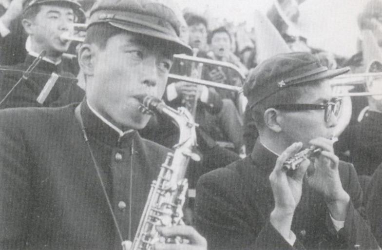 早慶戦、応援席でアルトサックスを吹く