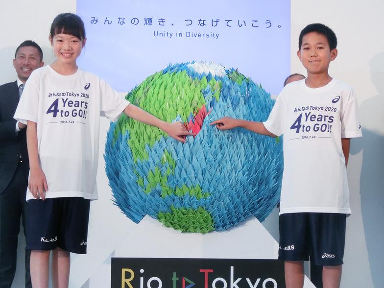 大田区スポーツ少年団の二人が2020羽目を飾って、地球儀を完成させた