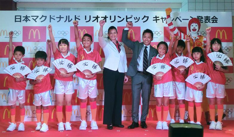 オリンピックキッズアンバサダーの野村忠宏さん、カサノバ社長兼CEOを囲むオリンピックキッズ