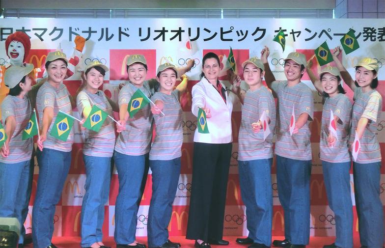 日本マクドナルドのカサノバ社長兼CEOを囲む9人のオリンピック・チャンピオン・クルー