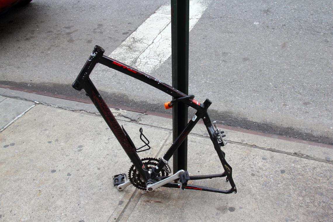 これまた関係ない写真ですけど、ニューヨークでよく見かける、 いろいろ盗まれて削ぎ落とされてシンプルな状態になった自転車。 ここまでやられると美しい…かな…。