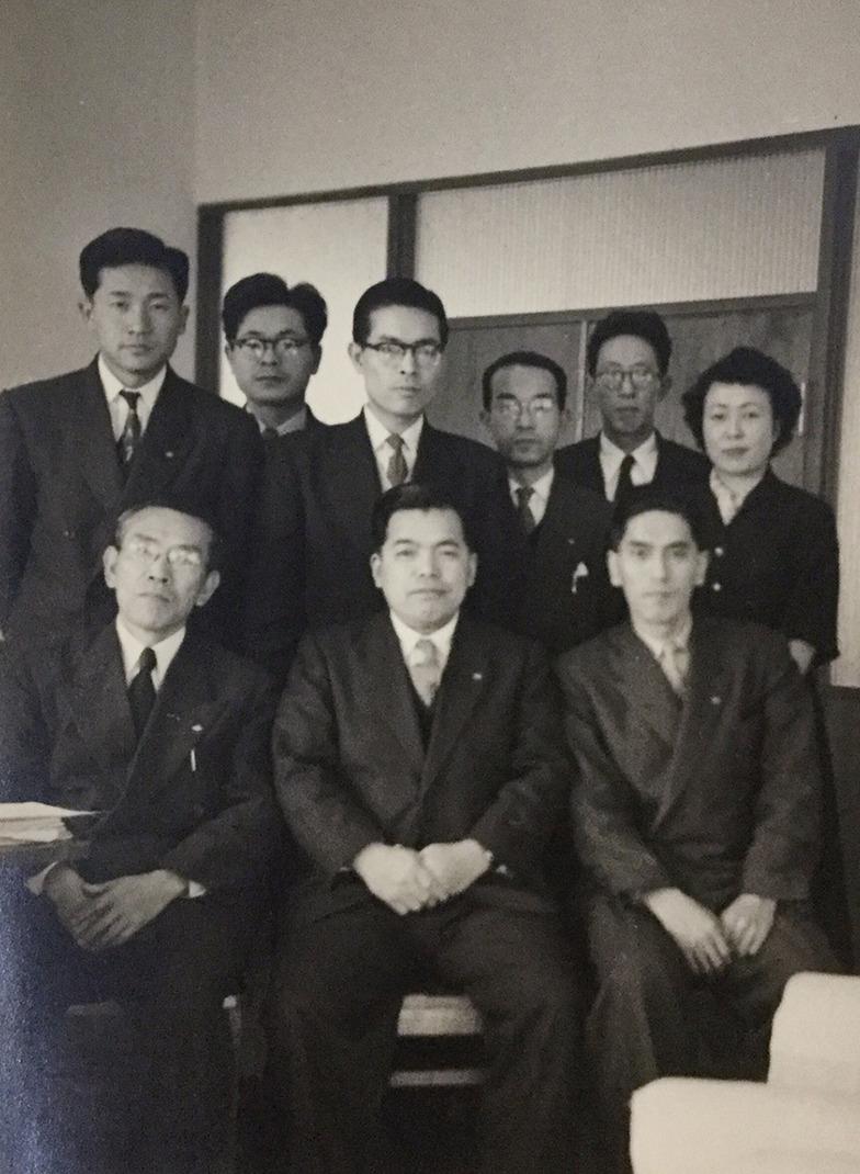 昭和30年、出張先の広島支局で。前列右が横山