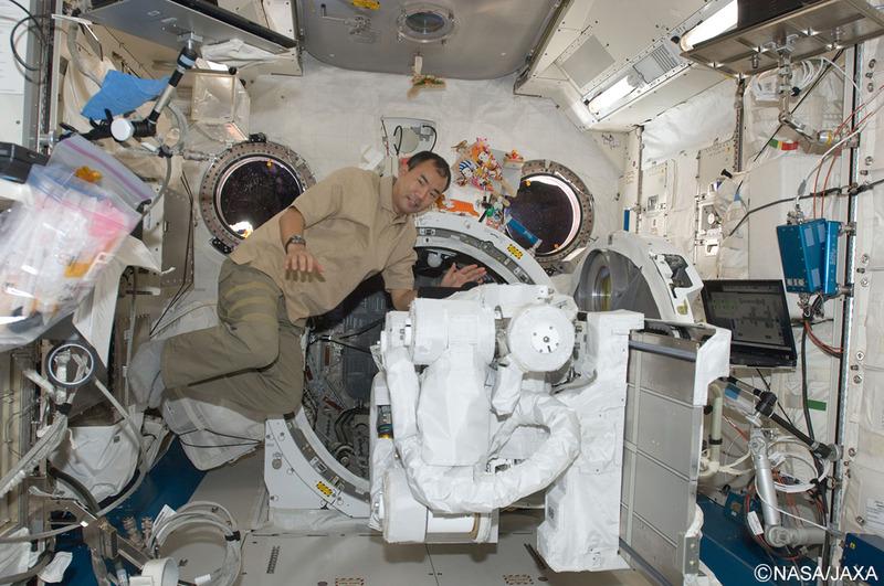 ISS「きぼう」の実験棟での作業をする野口氏(2010年1月)