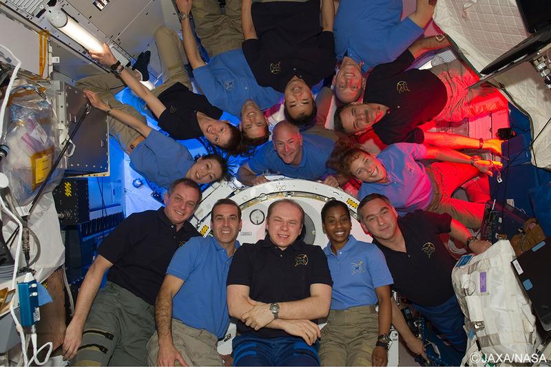2009年12月から約5カ月半、長期滞在クルーのフライトエンジニアとしてISSで任務を遂行。 10年4月には、山崎直子さんらも到着。写真中央上部で逆さ状態になっているのが野口氏、その左側3人目が山崎氏。