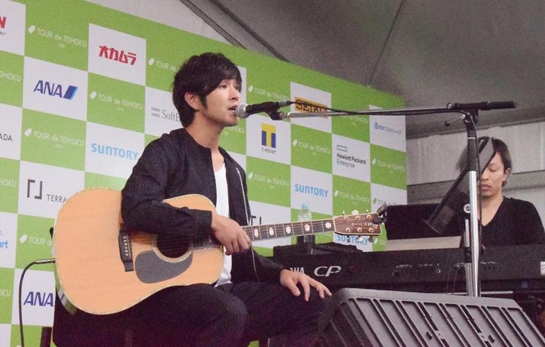大会公式ソングを歌う藤巻亮太さん