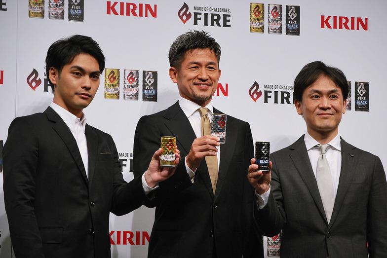 左から柳楽優弥さん、三浦知良さん,キリンビバレッジマーケティング部の山形光晴部長