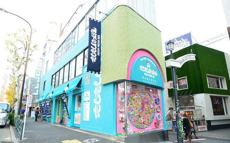 原宿の中心地にあるMOSHI MOSHI BOX。観光案内の他、グッズ販売やカラオケなどのサービスを提供している。