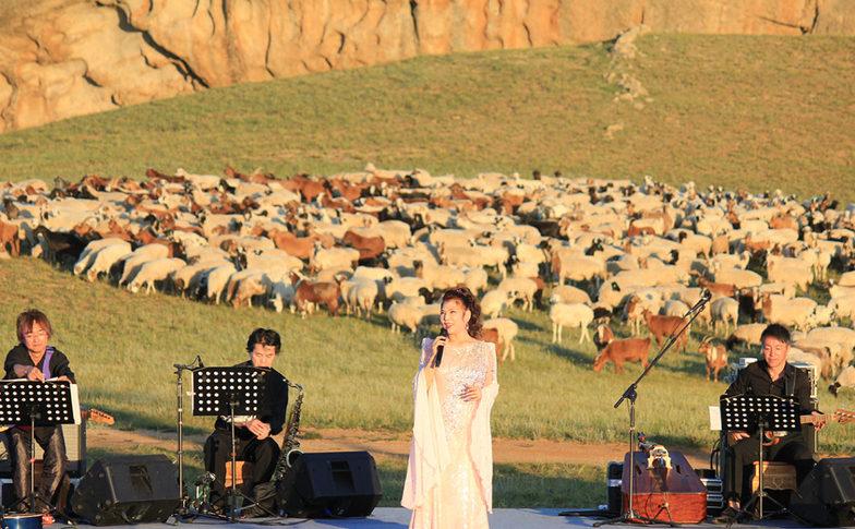 モンゴル「13世紀村」のステージ。モンゴルの楽団とのコラボレーションで14曲を熱唱した。