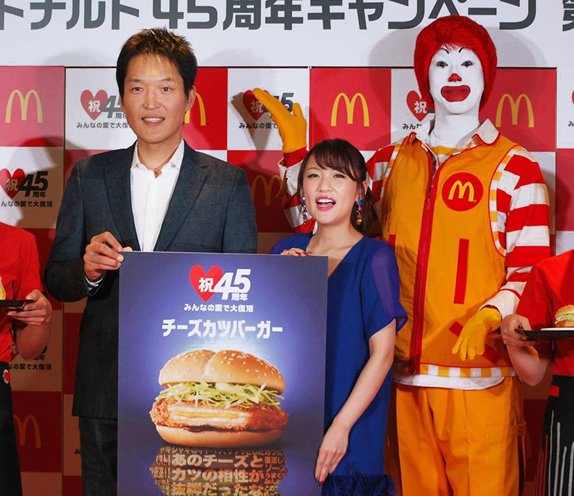 千原ジュニアさん(左)と高橋みなみさん(中央)